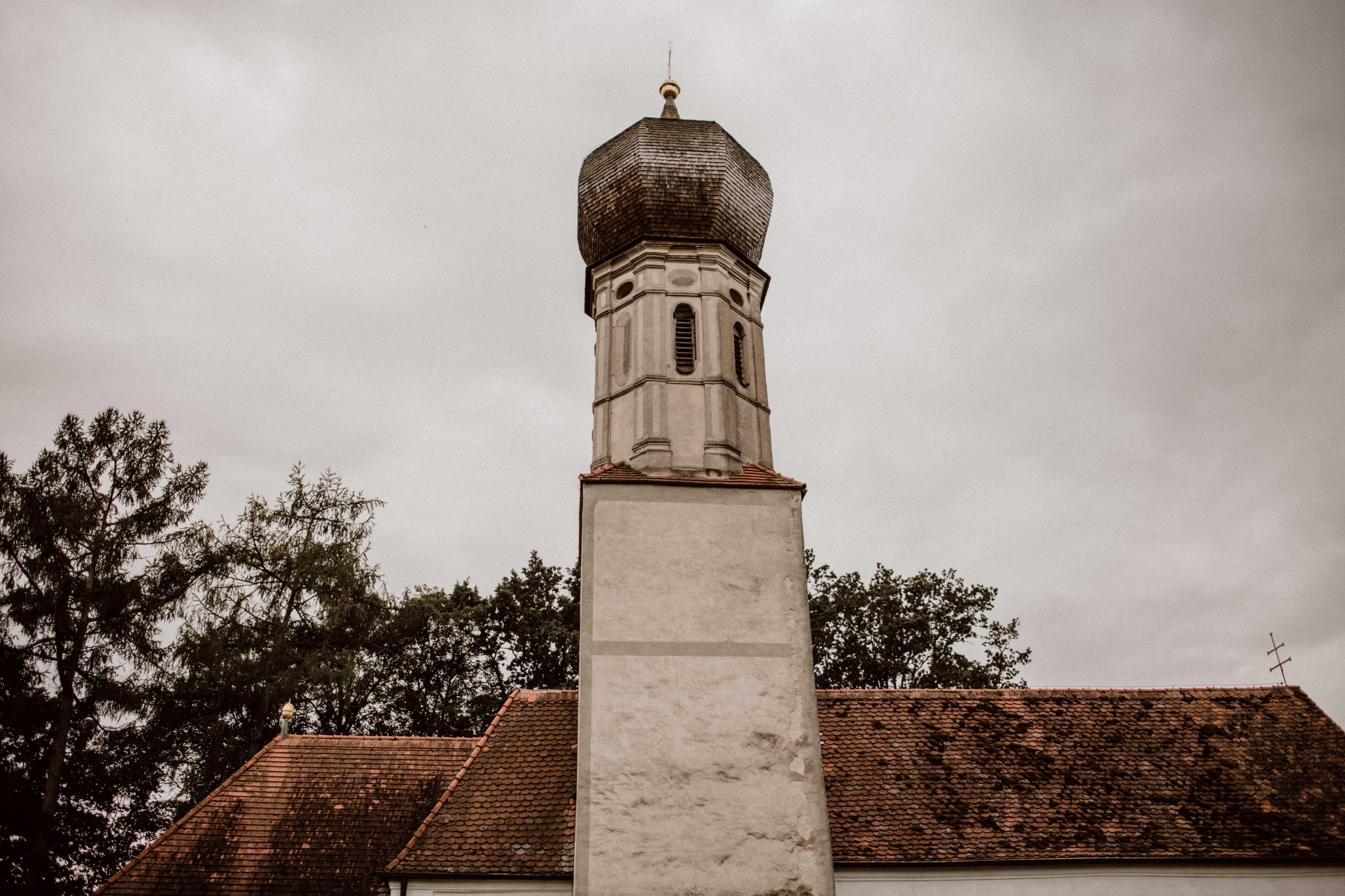 kirche glockenturm sonja poehlmann photography couples muenchen bayern