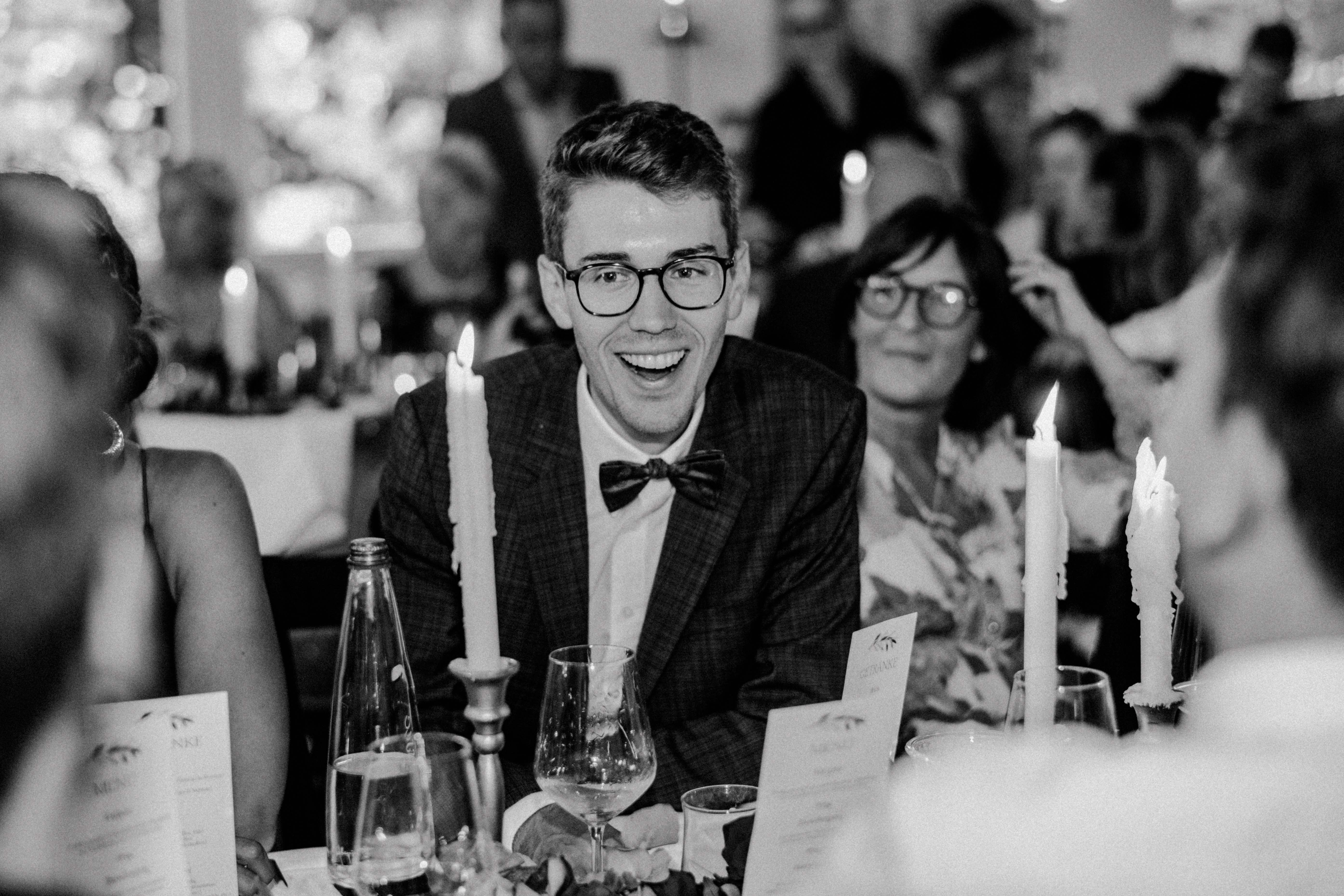 laughing guest sonja poehlmann photography wedding muenchen bayern
